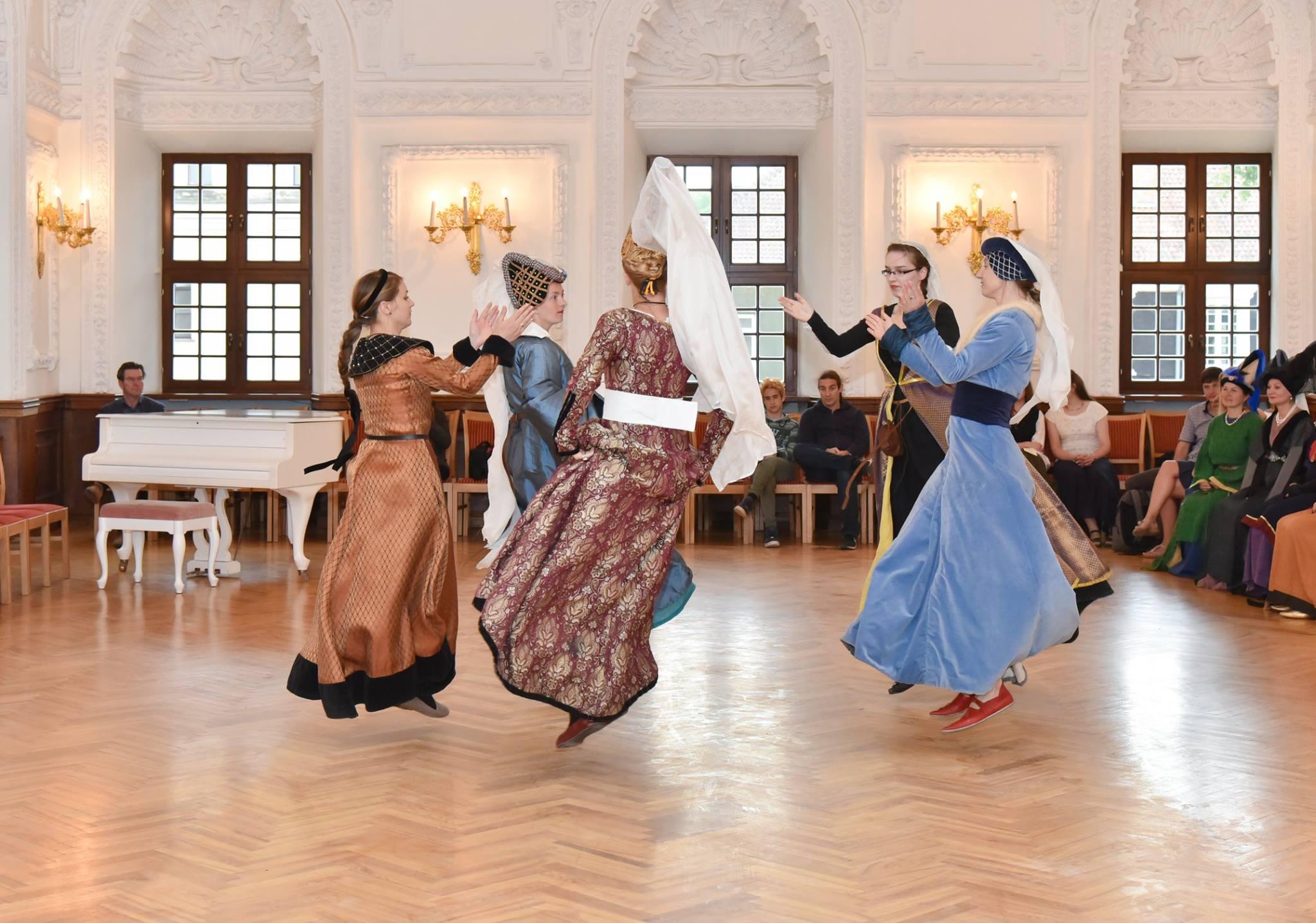 """Senovinis šokis """"Petit Vriens"""", kuris galėjo pasiekti ir Lietuvą."""